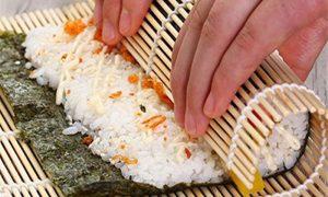 Cara Menggulung Sushi Dengan Baik Tidak berantakan